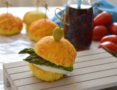 Panini allo Zafferano e Pomodoro con asparagi e mozzarella