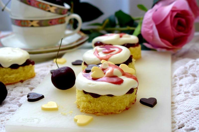 Tortine con confettura di amarene e mousse di yogurt greco