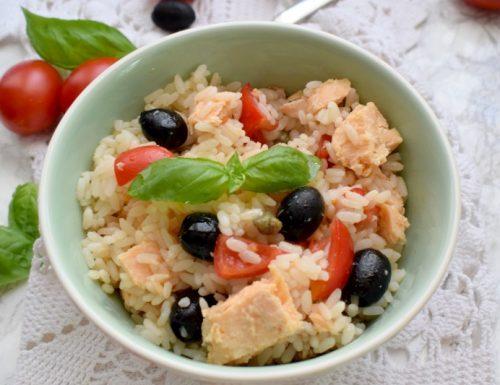 Insalata di riso con salmone, olive nere e capperi