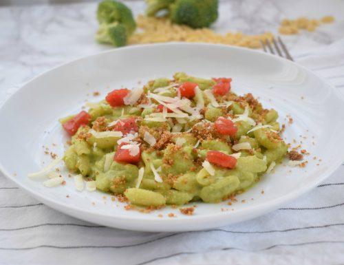 Gnocchetti sardi al pesto di broccoli, briciole croccanti d'acciughe e riccioli di pecorino
