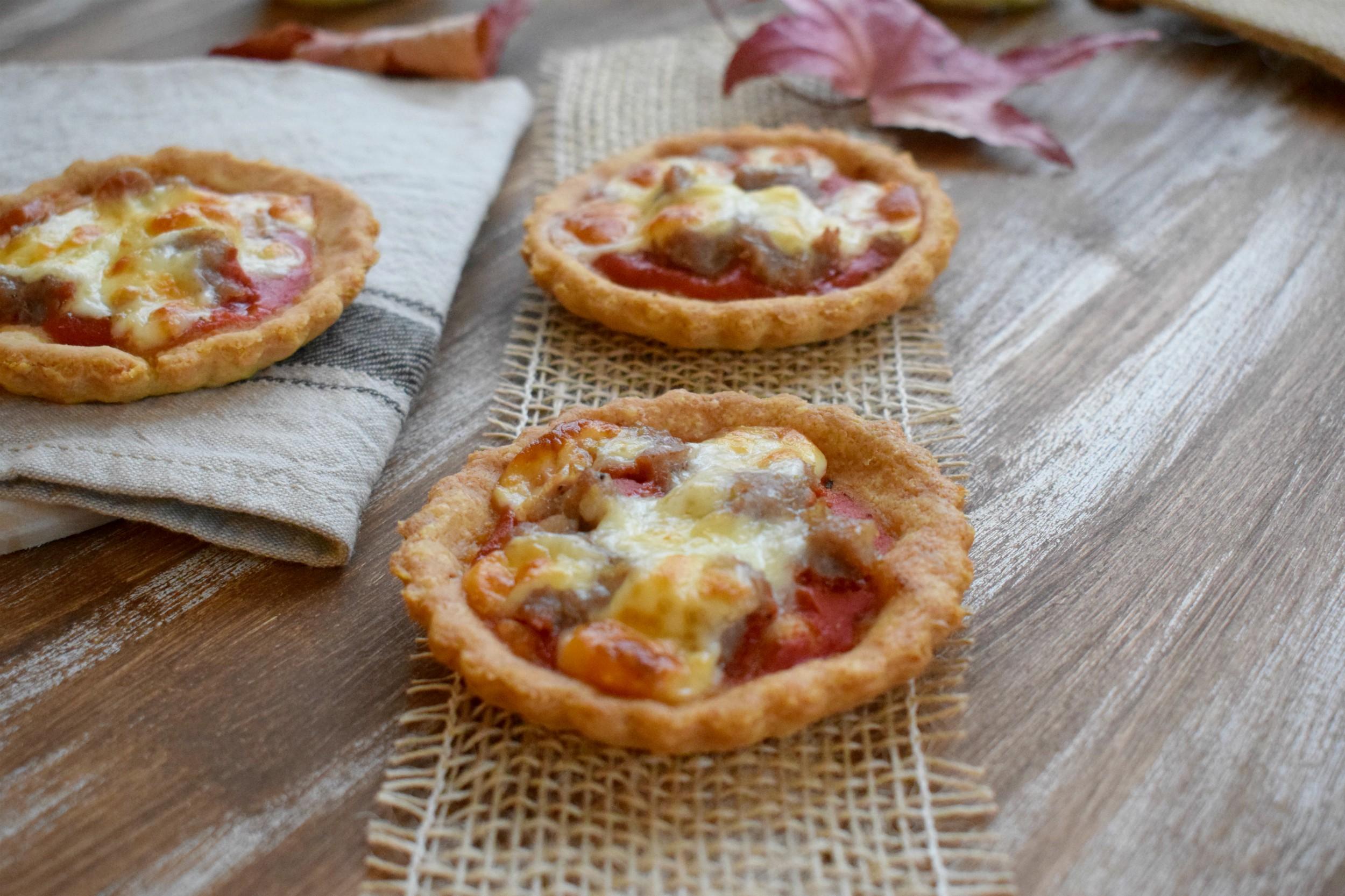 Mini Quiche di polenta con zucca, salsiccia e asiago