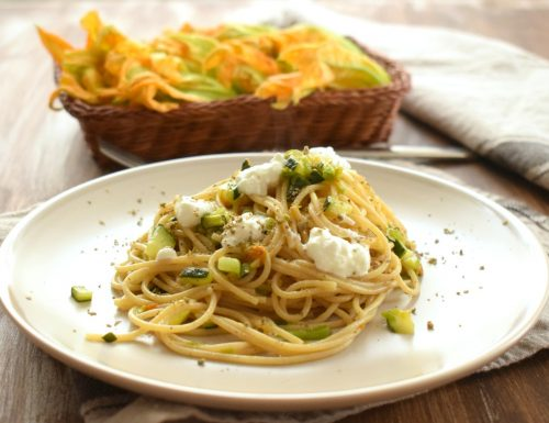 Spaghettini integrali ai fiori di zucchina, fiocchi di latte e polvere di capperi