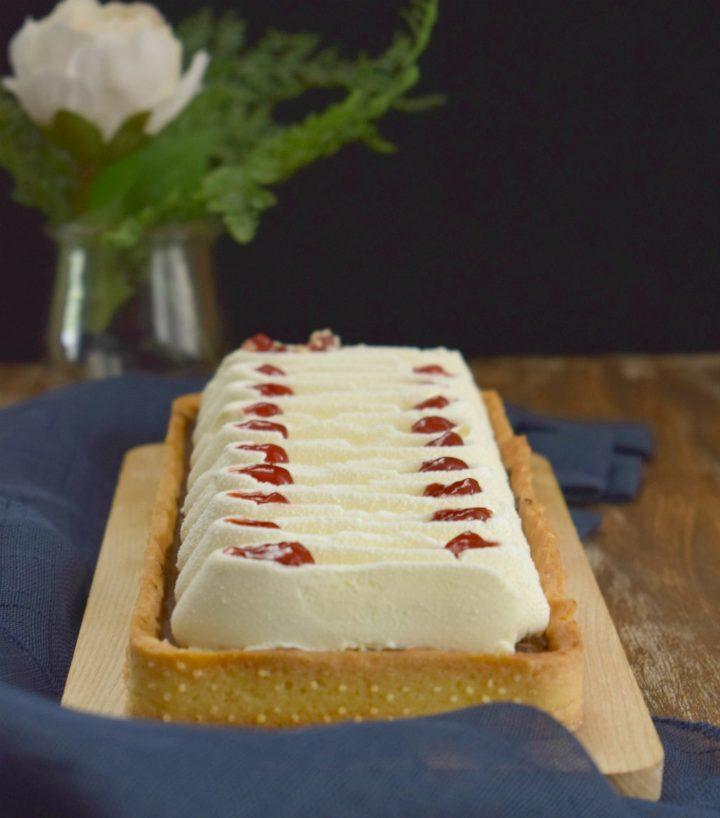 Crostata con mousse fondente e chantilly