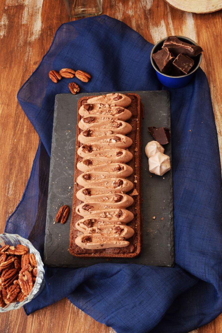 Crostata al cacao, crema di cioccolato e noci con mousse fondente