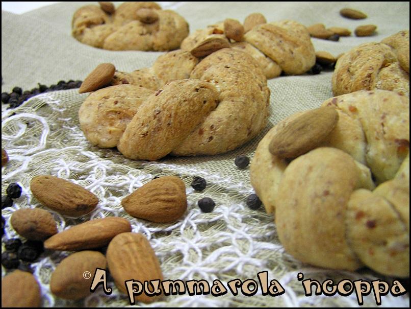 taralli sugna e pepe ricetta blog cucina A pummarola 'ncoppa mandorle strutto