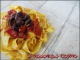 Pappardelle acciughe olive nere pomodoro ricetta A pummarola 'ncoppa blog cucina