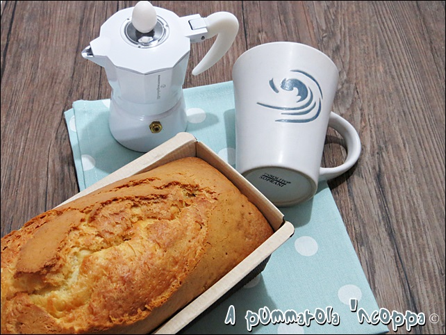 Simil plumcake mulino bianco con yogurt ricotta uova zucchero per colazione merenda ricetta blog cucina A pummarola 'ncoppa giallo zafferano