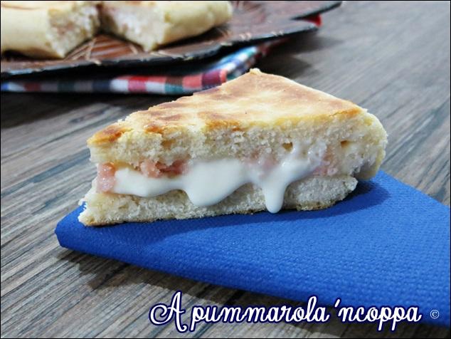 Focaccia in padella ricetta blog cucina giallo zafferano A pummarola 'ncoppa prosciutto formaggio impasto senza lievitazione pizza veloce