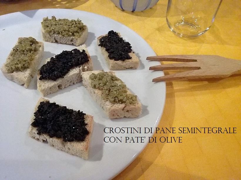 CROSTINI DI PANE SEMINTEGRALE CON PATE' DI OLIVE