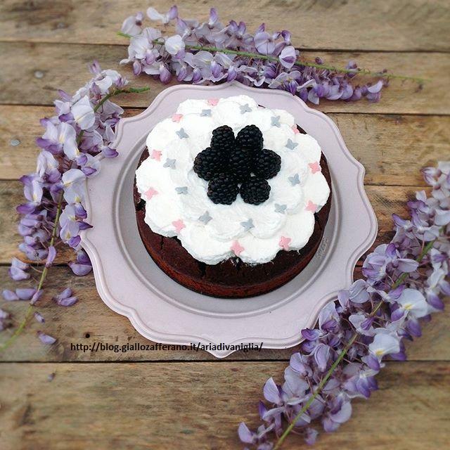 Torta al cioccolato morbida con interno sorpresa (simil Poke cake)