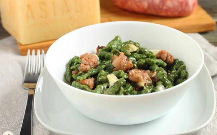 Spätzle agli spinaci con salsiccia e Asiago DOP stagionato