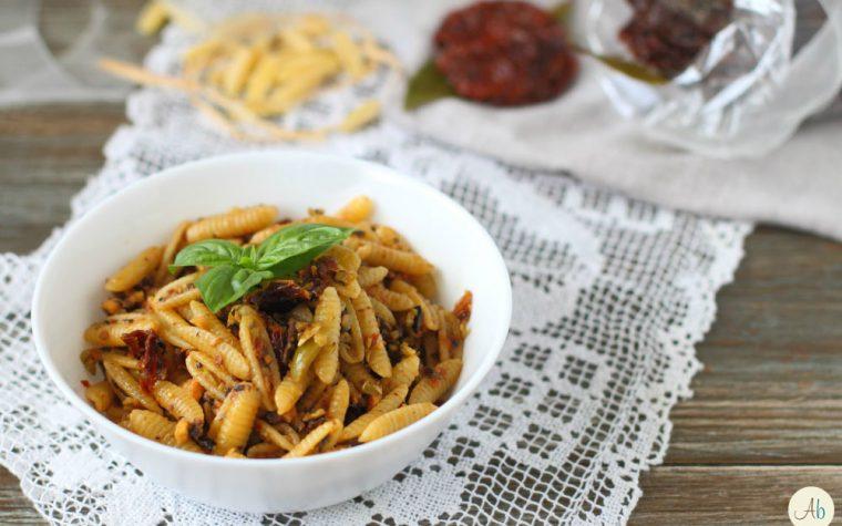 Malloreddus con Pomodori Secchi Olive e Mandorle Salate