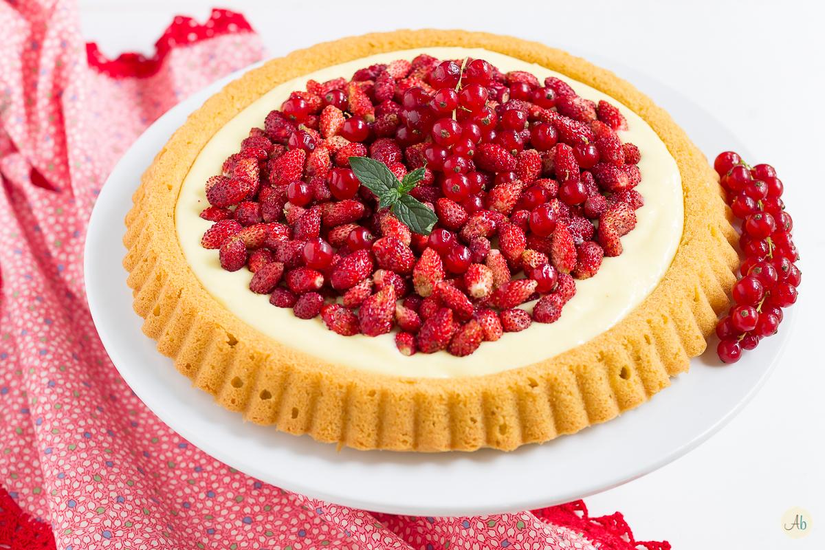Crostata morbida con crema diplomatica e fragoline di bosco