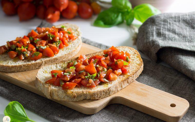 Bruschette integrali con pomodorini del piennolo e basilico