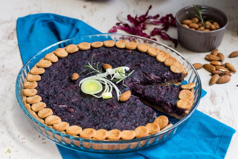 Torta salata al radicchio e topinambur con brisè ai borlotti – ricetta vegan