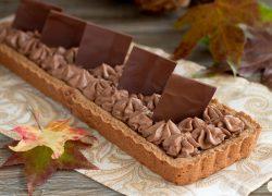 Crostata al cacao e nocciole con namelaka al cioccolato fondente