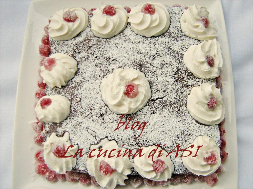 torta semplice al cioccolato con frutta brinata
