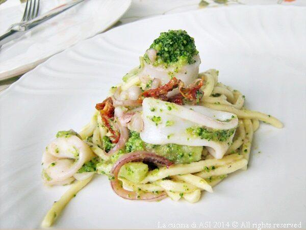 TROCCOLI CON CALAMARI E BROCCOLI Ricetta primo piatto di pesce
