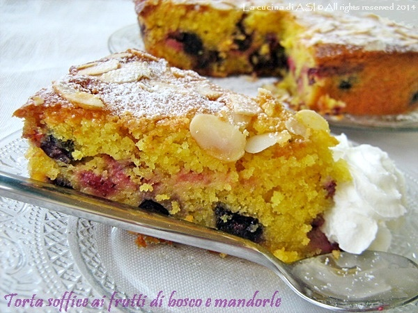 torta-con-frutti-di-bosco-e-mandorle-La-cucina-di-ASI blog ©
