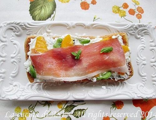 Crostoni caprino basilico-Ricetta antipasto