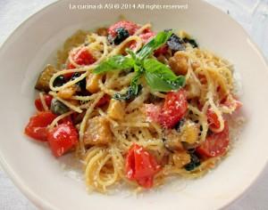 Spaghetti melanzane, pomodorini e capperi