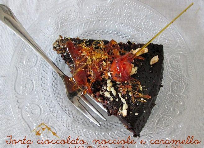 TORTA CON CIOCCOLATO, NOCCIOLE E CARAMELLO Ricetta dolce senza farina e senza burro