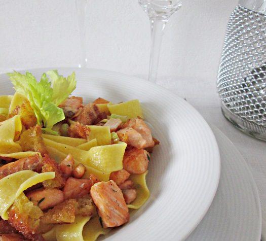 PAPPARDELLE CON SALMONE E BRICIOLE DI PANE Ricetta primo piatto di pesce