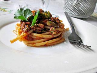 Bucatini con broccoli, olive e pomodoro