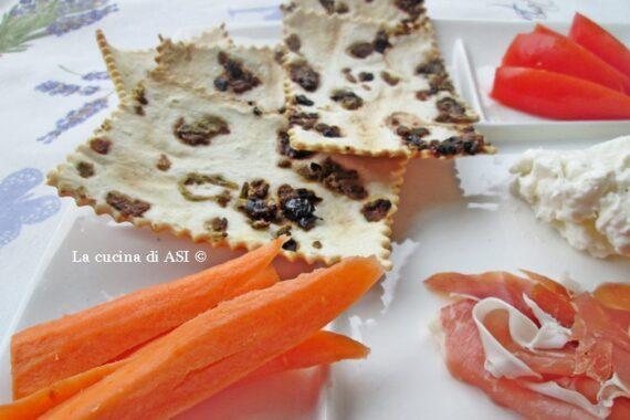 Crackers veloci alle olive-Ricetta antipasto