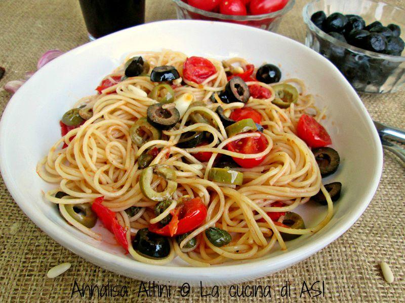 Spaghetti con pinoli olive
