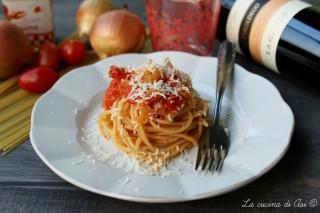 spaghetti con salsa di cipolle e pomodori