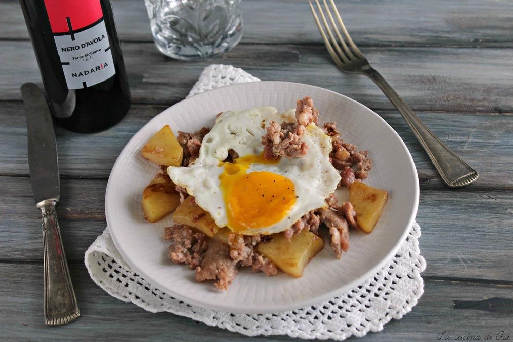 Uova fritte con salsiccia e patate