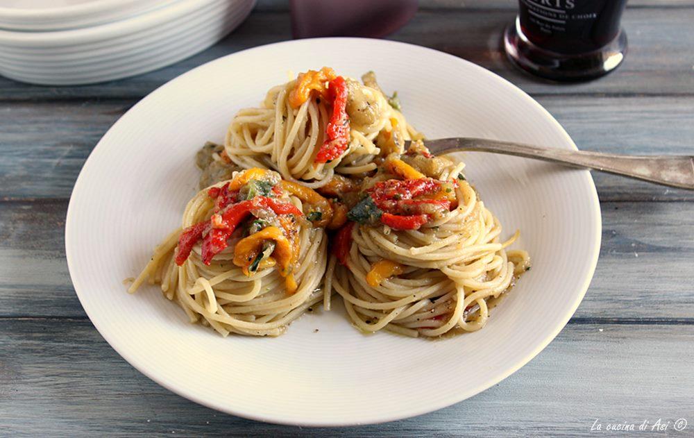 Spaghetti con melanzane e peperoni