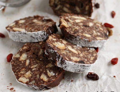 Salame al cioccolato con goji uvetta e mandorle