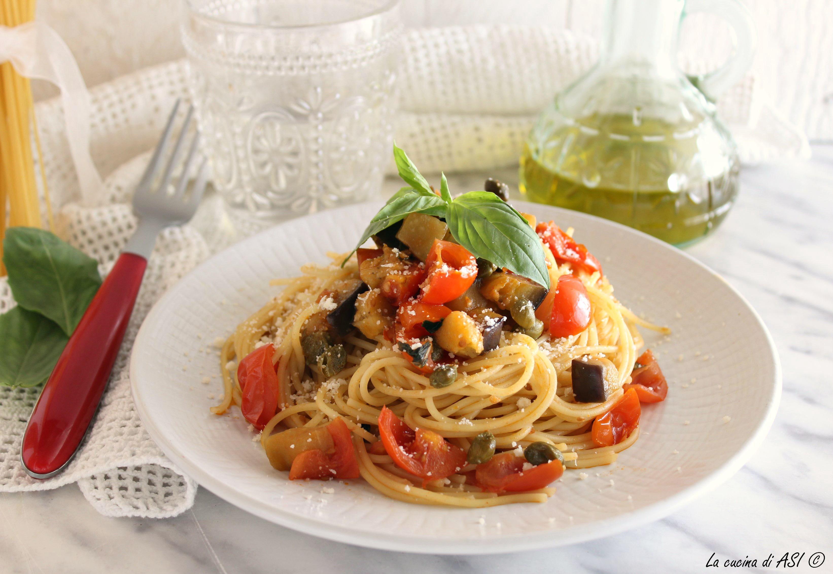 Spaghetti melanzane pomodorini e capperi