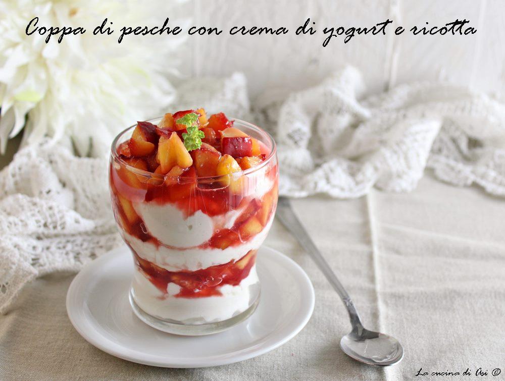 Coppa di pesche con crema di ricotta e yogurt
