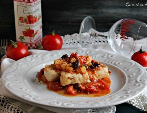 Filetti di merluzzo in umido con pomodori e olive