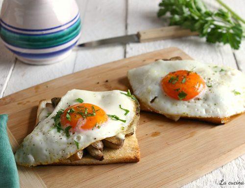 Crostone con champignon e uova al tegamino