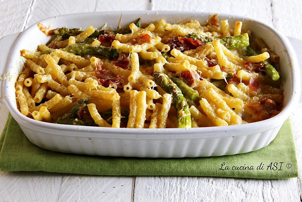 Pasta gratinata con prosciutto asparagi e scamorza