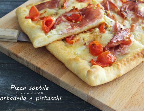 Pizza sottile con mortadella e pistacchi