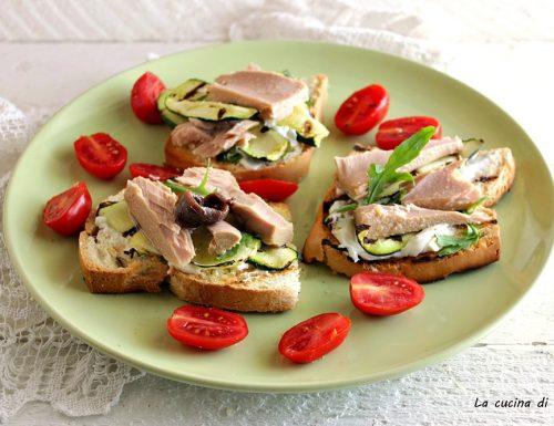 Bruschette con tonno  zucchine e formaggio
