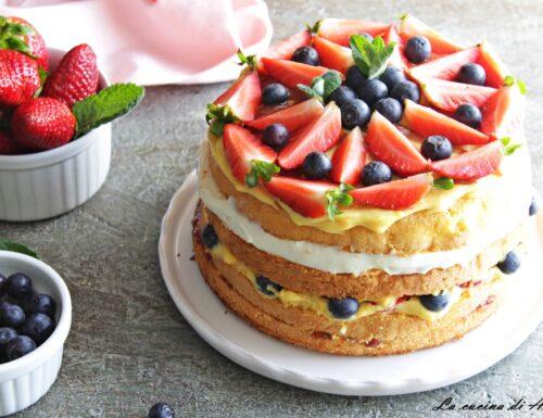 Torta a strati con crema e frutta