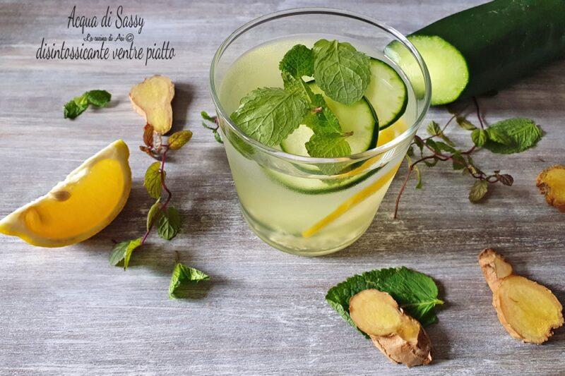 Acqua di Sassy bevanda detox ventre piatto