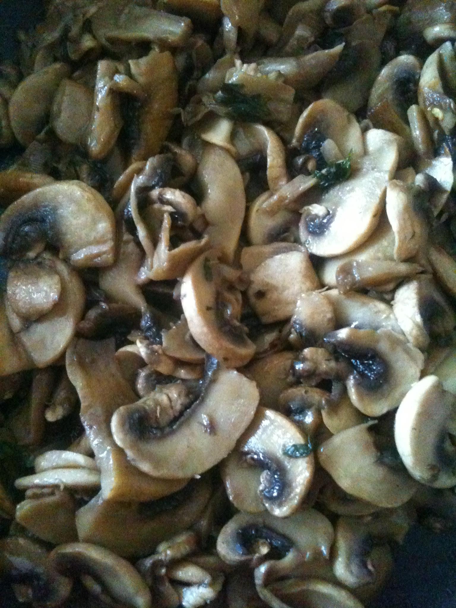 Funghi trifolati con prezzemolo e peperoncino