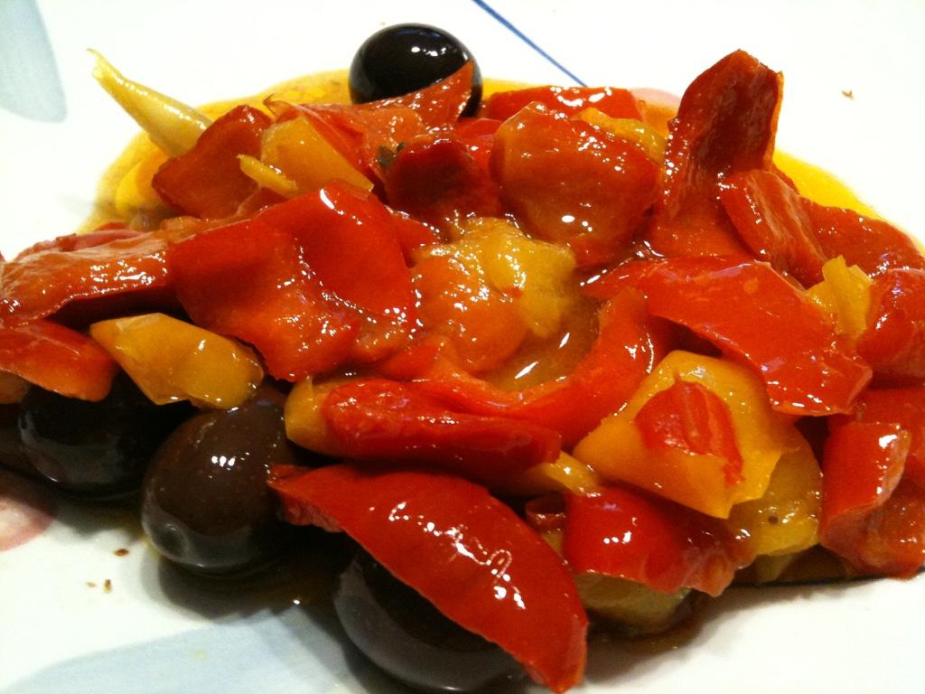 Peperoni stufati con olive nere e acciughe sott'olio