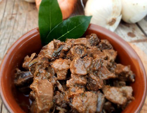 Fegato e cuore di cinghiale con cipolle in agrodolce