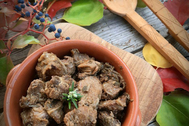 Spezzatino di cinghiale con cipolle in agrodolce