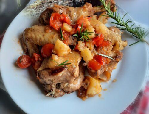 Pollo all'aglio, con pomodorini e patate.