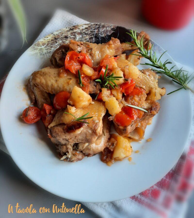 Pollo all'aglio con pomodorini e patate.