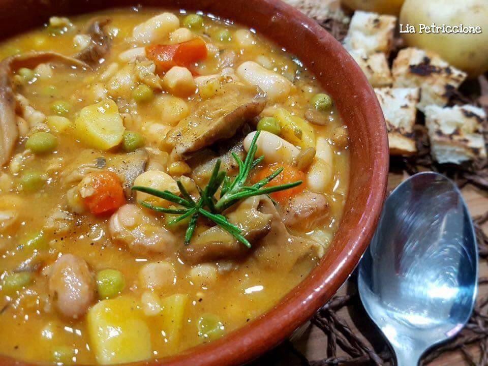 Zuppa Di Verdure Con Legumi Cereali E Funghi A Tavola Con Lia